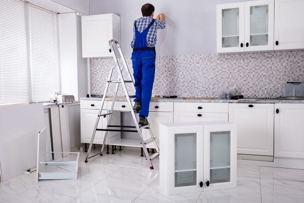 Comment fixer un meuble au mur avec plinthe ?